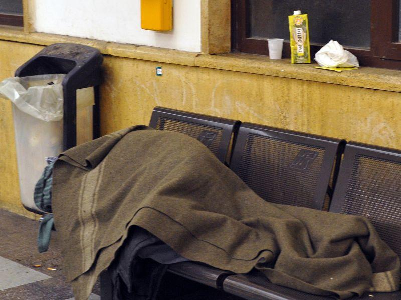 Viterbo  come Trento, blitz della Polizia a Porta Romana: liberata la stazione dai senzatetto, le loro coperte gettate nei rifiuti