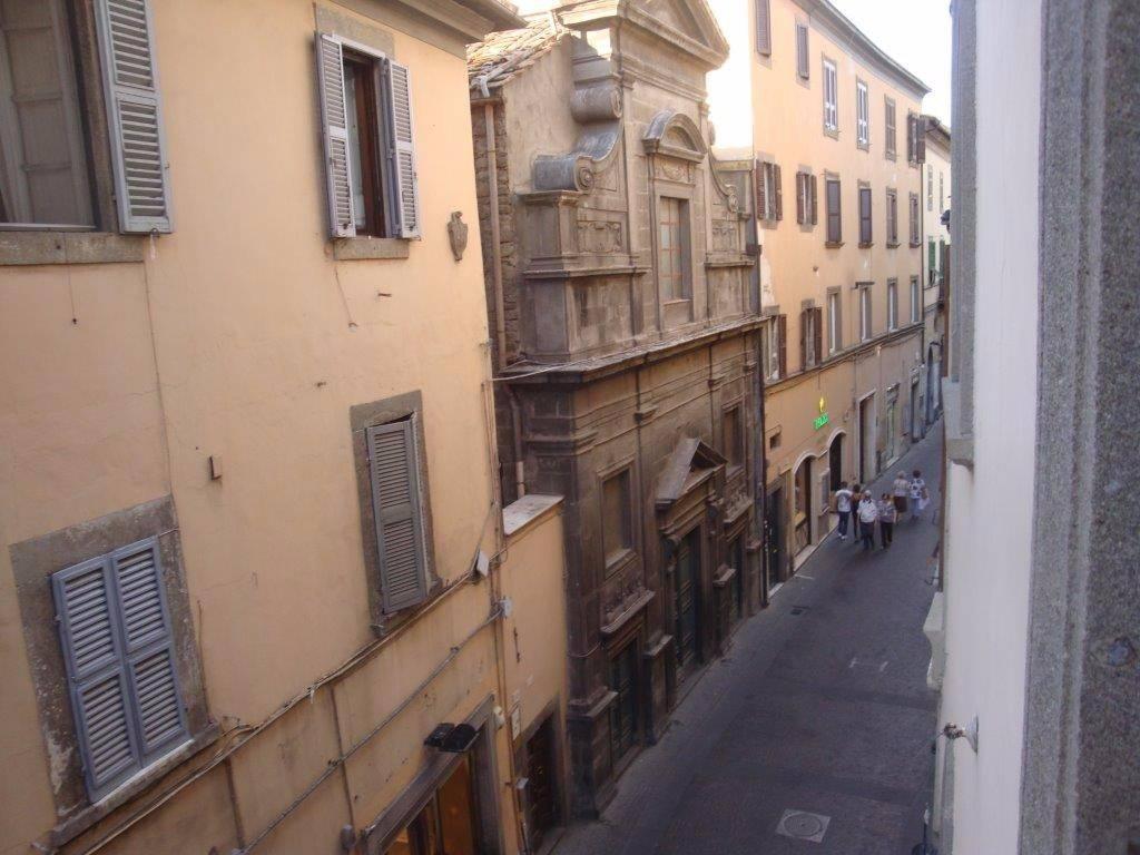 Viterbo, centro storico sempre più vuoto: ed ora la tendenza è tenere chiusi i negozi il pomeriggio per risparmiare sui costi
