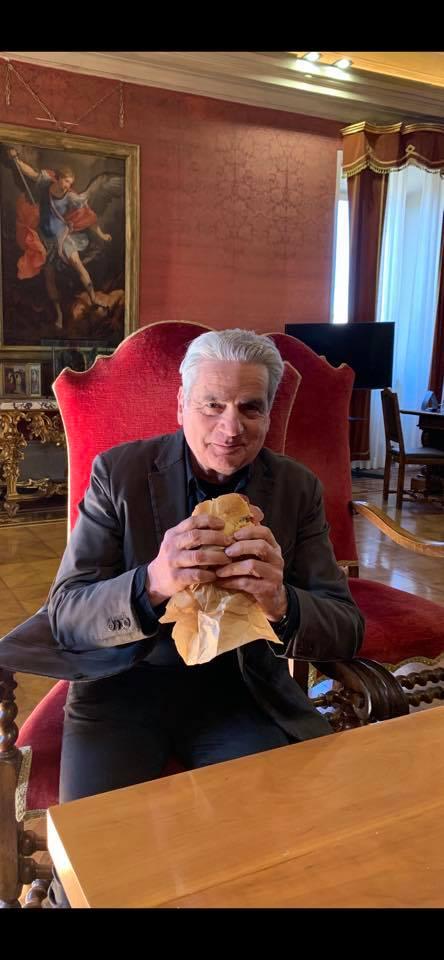 Viterbo-Comune: il grande appetito, tutti hanno gran fame a Palazzo dei Priori, ma i posti a tavola non sono per tutti, continua il litigio tra i commensali