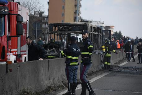 Milano, sequestra e dà fuoco al bus di una scolaresca, solo lievi intossicati tra i ragazzini e gli insegnanti
