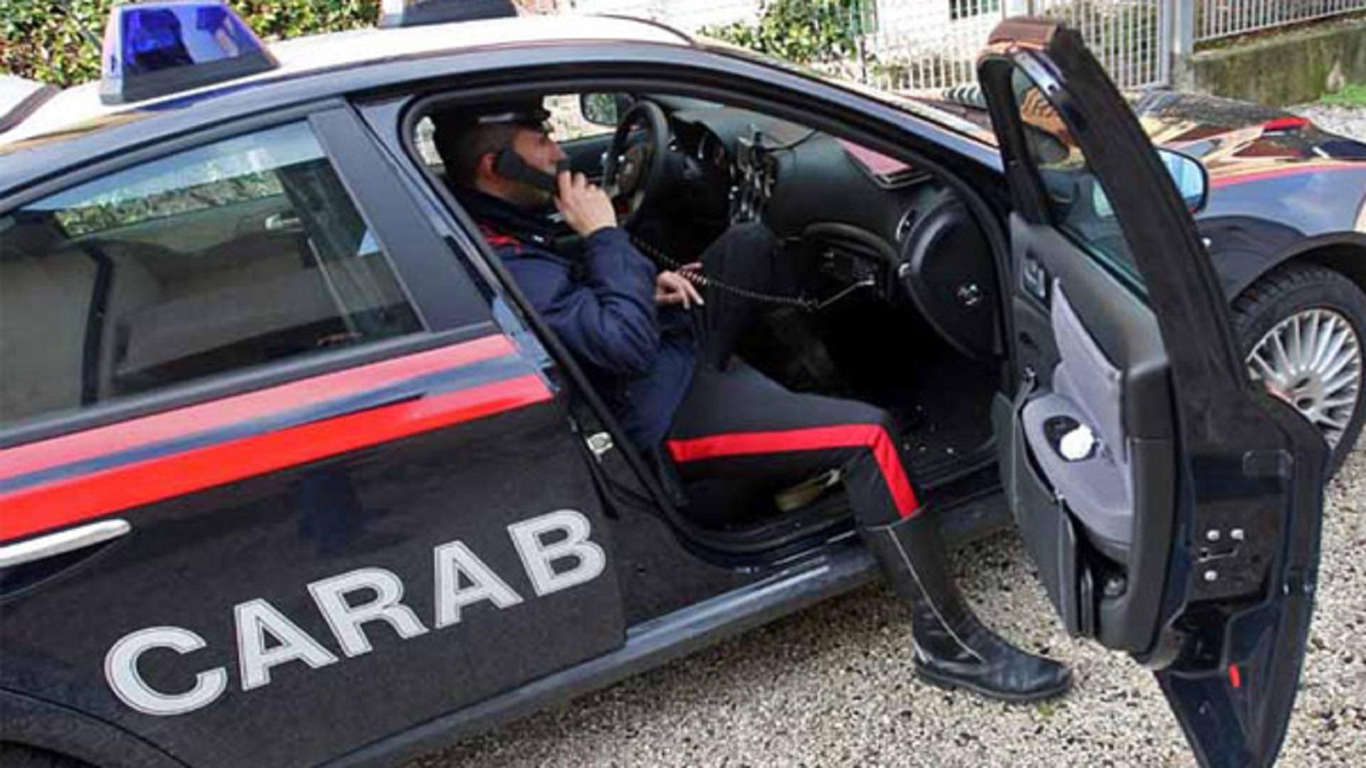 La nota: due donne viterbesi rapinano un distributore di benzina, due giovani picchiano i carabinieri, ma per la città il problema sono gli immigrati