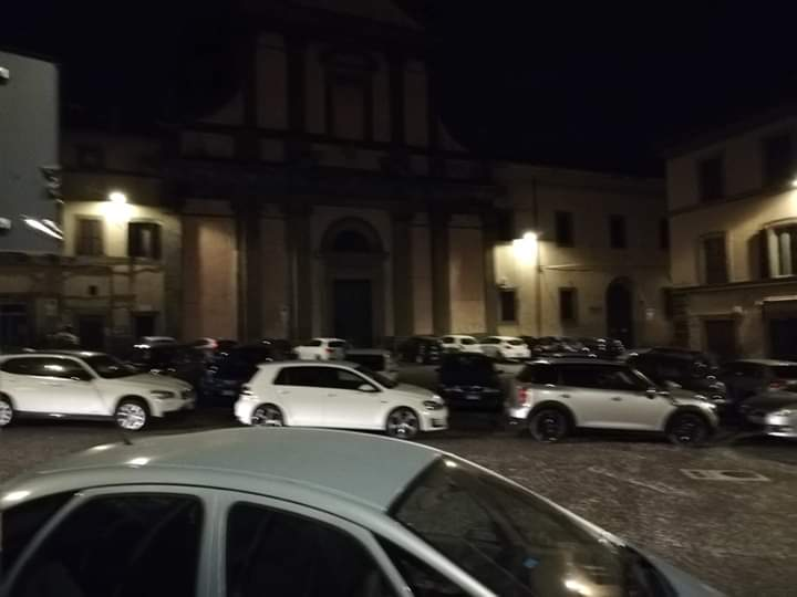 """Viterbo, Piazza Fontana Grande, terra di """"fuorilegge"""" e di parcheggio selvaggio, spettacolo indecoroso senza fine"""