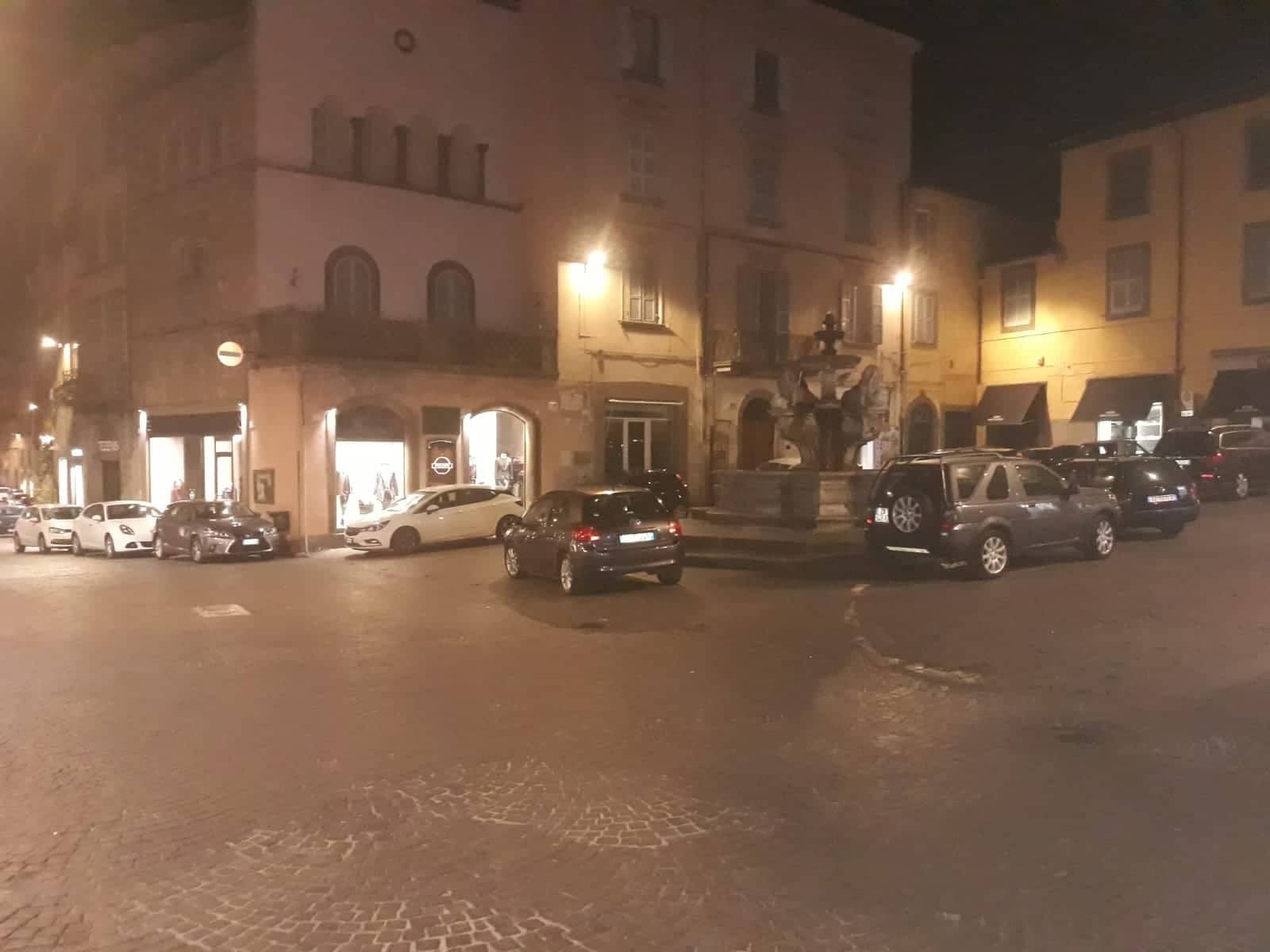 Viterbo, tutti a piazza delle Erbe per il parcheggio selvaggio, fa scuola l'esempio Piazza Fontana Grande