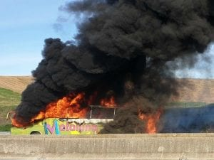 Autostrada A1,  pullmann in fiamme, 40 studenti fuggono nei campi