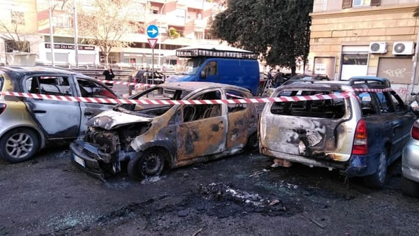 Cronaca di Roma: in fiamme 5 auto nella notte  a Torpignattara, i proprietari non denunciano minacce subite