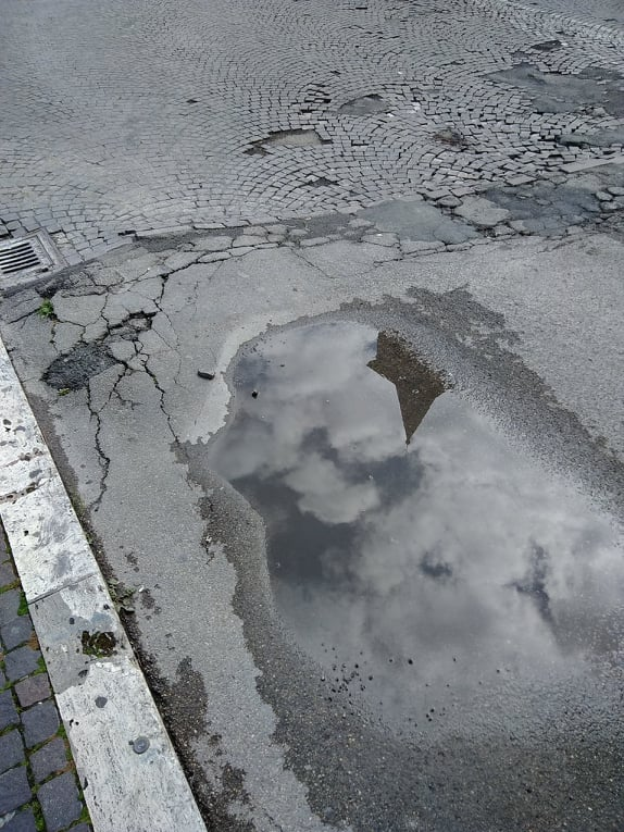 Viterbo, Comune: Piazza dei Caduti diventa Piazza delle Cadute (da evitare), com'è difficile percorrere a piedi le strade a Viterbo