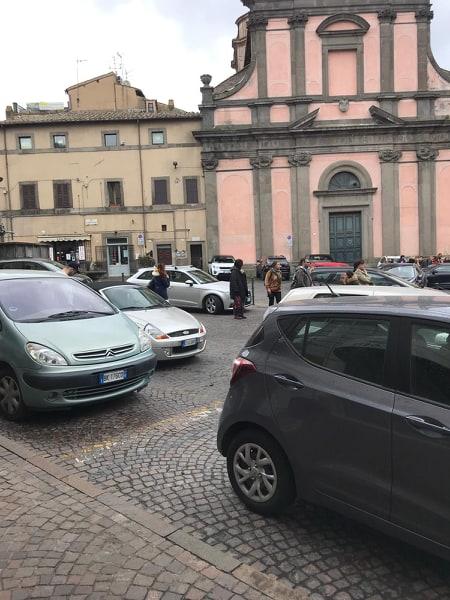 Viterbo-Comune: Piazza Fontana Grande ormai non esiste più, meglio Piazza Bolgia Grande, ognuno parcheggia dove vuole ed è felice