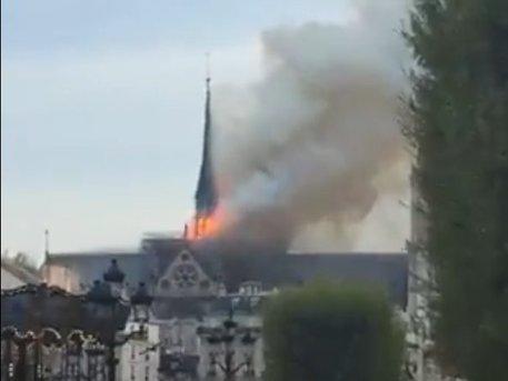 Parigi, grosso incendio in corso a Notre-Dame