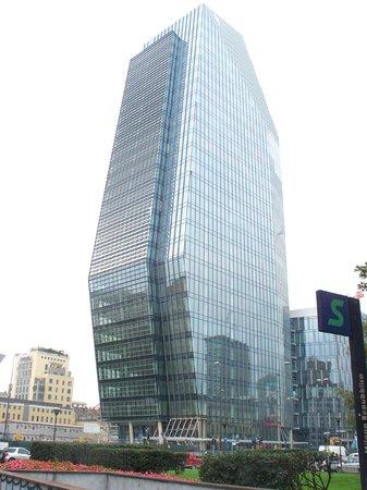 """Viterbo """"capitale dell'inciucio"""": in anteprima per i nostri lettori la nuova torre che sorgerà a Piazza del Comune, sembra Milano o Tokyo, non vi pare?"""