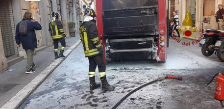 Roma, Bus in fiamme nel centro della capitale, paura tra i passeggeri