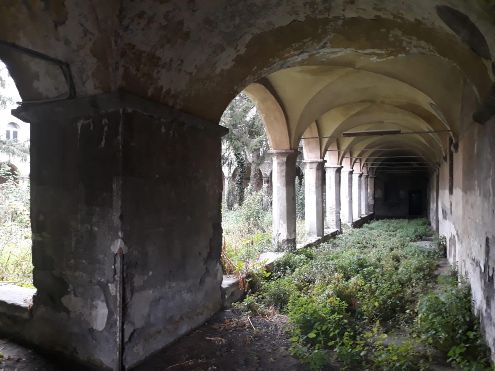 """Viterbo, la """"bellezza stuprata"""": il triste caso del Chiostro di Viale Capocci, un posto bellissimo in condizioni pietose, esempio lampante di incompetenza e cattiva amministrazione"""
