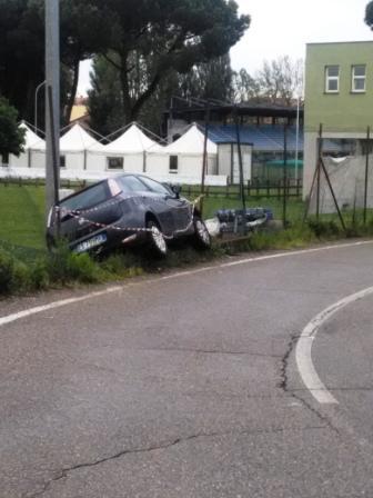 Viterbo, Santa Barbara, auto finisce fuori strada tra Via Ondina Valla e Via Campo Scolastico, l'allarme degli abitanti