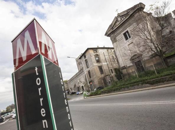 Roma, incidente in via Casilina: donna trovata morta sul marciapiede vicino alla Metro C, caccia al pirata della strada