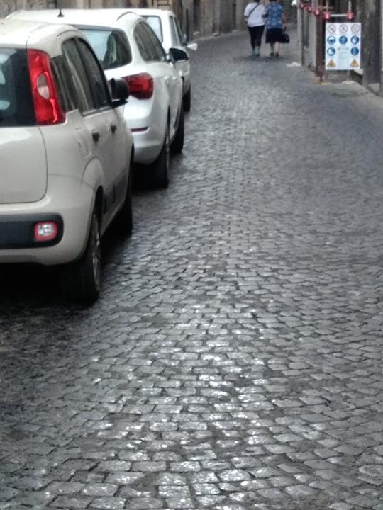"""Viterbo-Via delle Fabbriche: continua lo scandalo della sosta selvaggia, la Polizia Urbana non interviene, chi difende i """"fuorilegge""""?"""