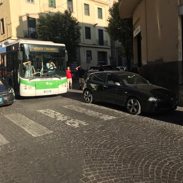 Viterbo-Comune: traffico bloccato per venti minuti in via Garibaldi, bus fermo per un'auto in sosta selvaggia: è successo nella serata di mercoledì