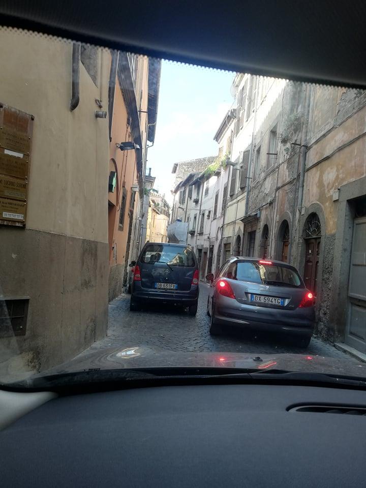 Viterbo-Comune, parcheggio selvaggio, traffico bloccato in Via delle Fabbriche: è successo stamane alle 9