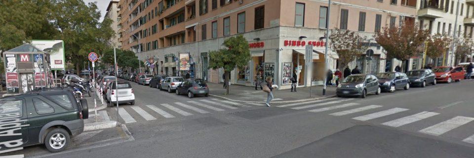 Roma, incidente su via Appia Nuova: donna con due figlie travolta da camion, una è grave