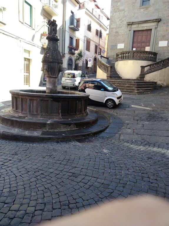 Viterbo-Comune: la solita croce, anzi Crocetta… e le auto profanano anche una delle più belle piazze di Viterbo