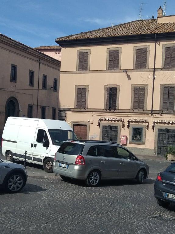 Viterbo-Comune: sosta selvaggia, un furgone la domenica in Piazza Fontana grande vale bene una foto horror per turisti, una grande promozione per città e territorio