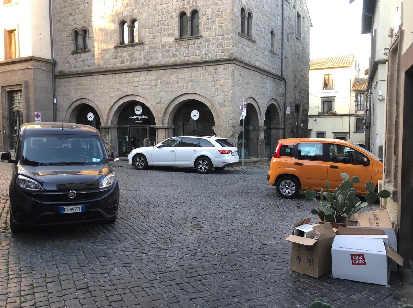 """Viterbo, """"malacittà"""",  auto in sosta vietata tutto il giorno a Via del Ginnasio e nessuno dice niente: sono auto di dipendenti comunali (politiche sociali)"""