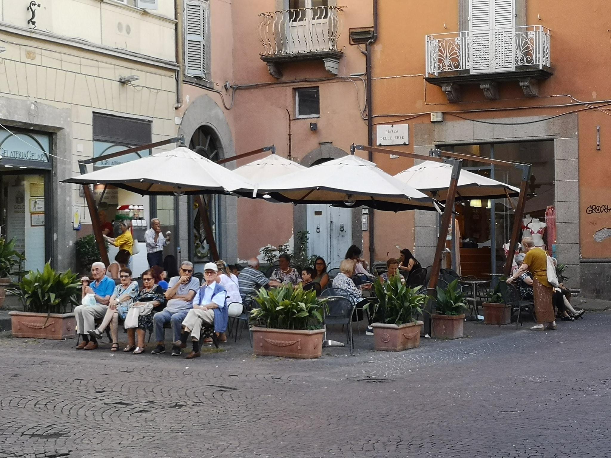 """Viterbo, a Piazza delle Erbe ridotte anche le panchine per gli anziani, centro sempre più mortificato da """"Arena e i cementificatori"""" che continuano a oltraggiare la città"""