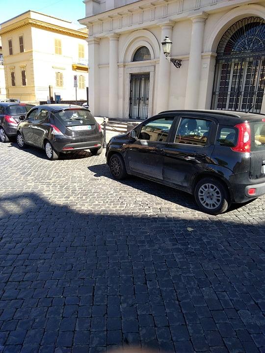 Viterbo-Comune,  sempre meno in giro, il centro lasciato ai parcheggiatori selvaggi, vedeteli come fanno da cornice al Teatro Unione