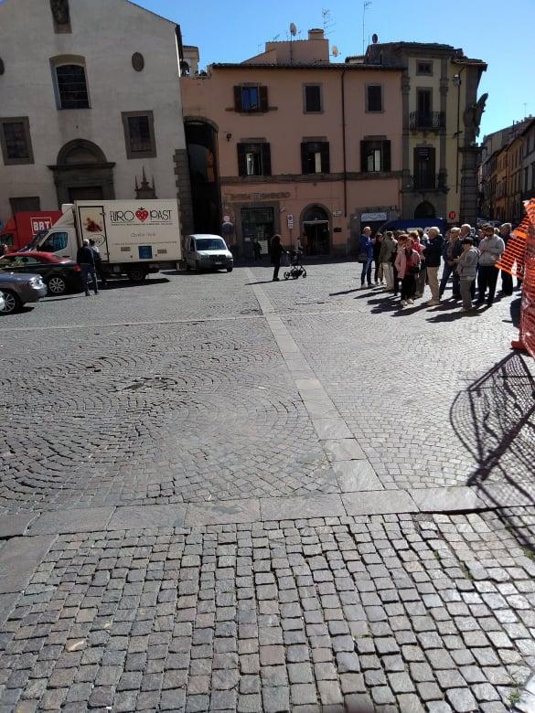 """Viterbo, turisti in Piazza del Comune costretti a visitare il """"parcheggio selvaggio"""" nel probabile imbarazzo della """"guida"""", cronache di una città che odia la sua bellezza"""