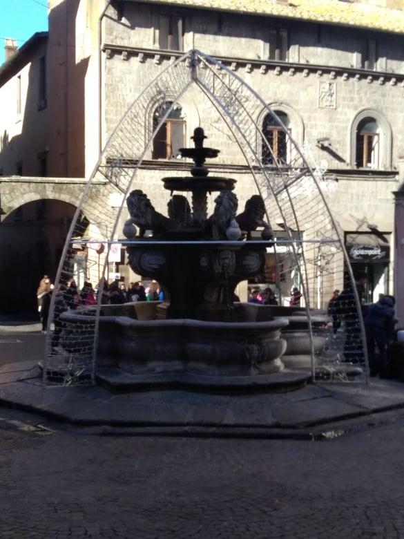 Viterbo-Fontana con luminaria di Piazza delle Erbe: qualcuno al Comune deve avere autorizzato la cosa, Arena ci faccia sapere chi è stato