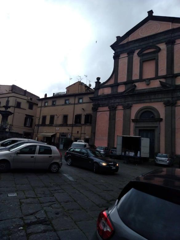 Viterbo, Piazza Fontana Grande, qui le  regole non esistono: Palazzo dei Priori  ridicolizzato ogni giorno dall'esercito dei parcheggiatori selvaggi