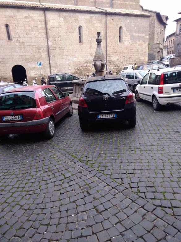 Viterbo, Piazza Dante mortificata quotidianamente dai parcheggiatori selvaggi, ma nessuno interviene