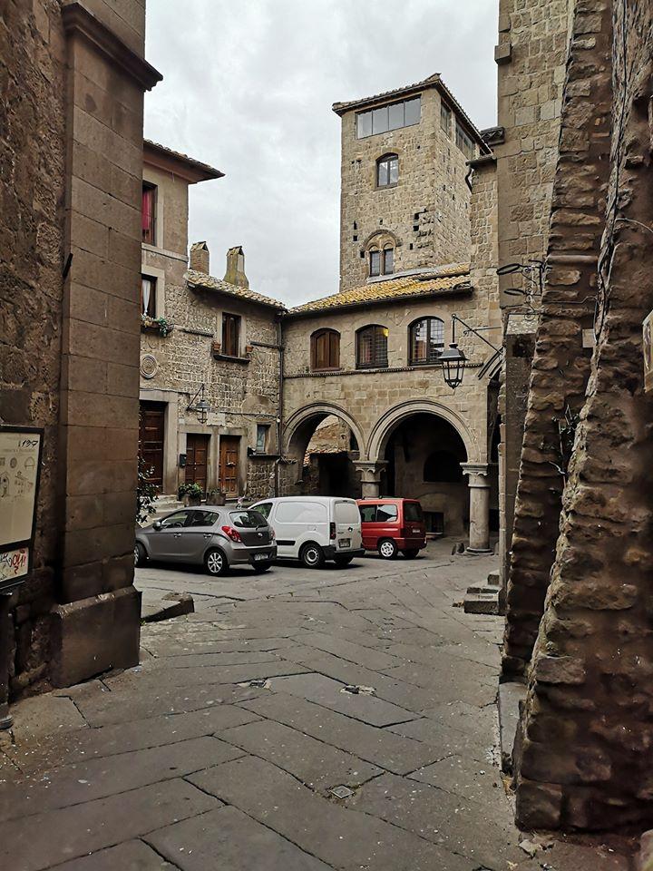 Viterbo-Vergogna San Pellegrino, tra scritte indecorose e parcheggio selvaggio: Arena potrebbe lanciare un segnale di ripartenza chiaro portando la giunta a 7, ma i partiti-famiglia si opporranno