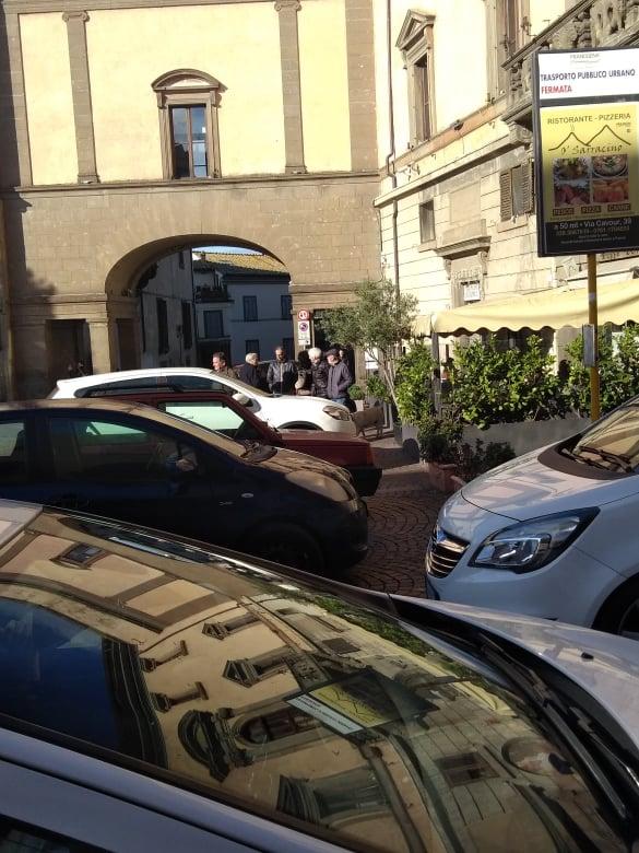 Viterbo, la domenica del parcheggio selvaggio: macchine ovunque a Piazza del Comune, il sindaco è lì e non se ne accorge, il comandante dei vigili chissà dov'è