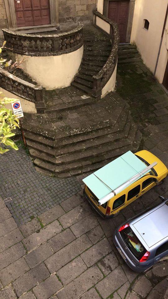 """Viterbo, parcheggio selvaggio, Piazza Crocetta """"stuprata"""" dalle auto fuorilegge, ma il comandante dei vigili urbani non s'indigna"""