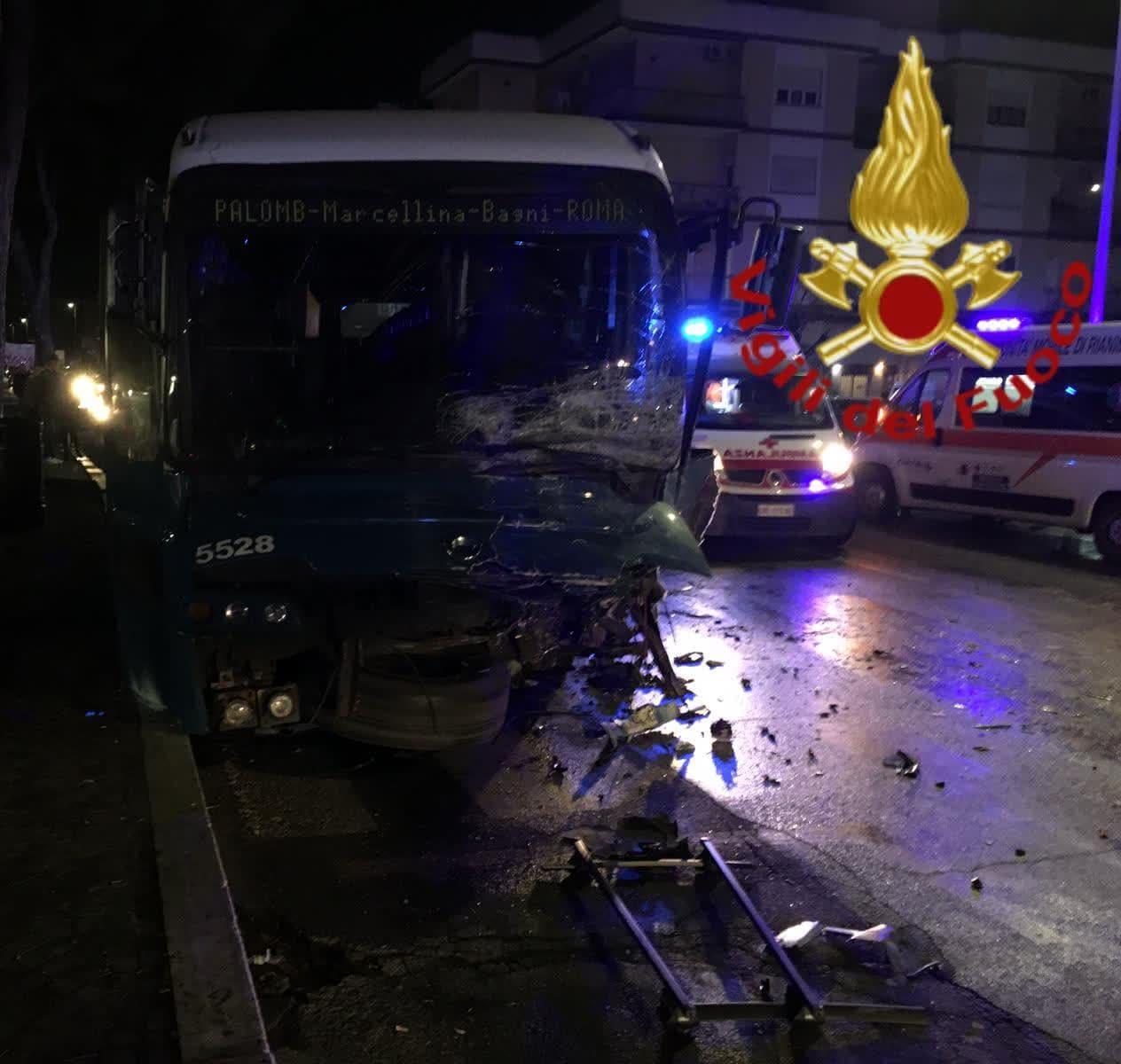 Roma, tragedia sulla Tiburtina: si scontrano una Panda ed un bus Cotral, muoiono due giovani di 19 e 21 anni