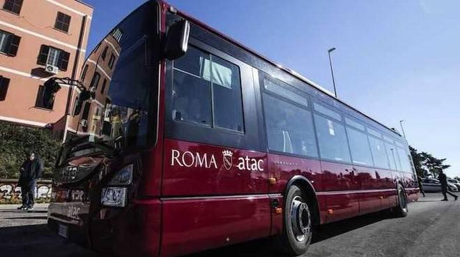 Roma, Atac, conducente minacciato di morte, accusa malore e ferma il bus: li aveva rimproverati perché senza biglietto