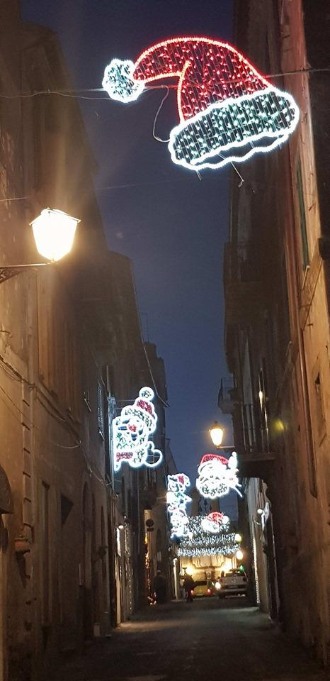 """Sutri, Caffeina Christmas Sutri: biglietti cari, attrazioni inferiori alle aspettative, pubblico solo nei week end, delude la versione """"ridotta"""" della manifestazione per bambini viterbese"""