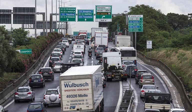 Roma, incidente mortale sul Grande Raccordo Anulare, la vittima un motociclista