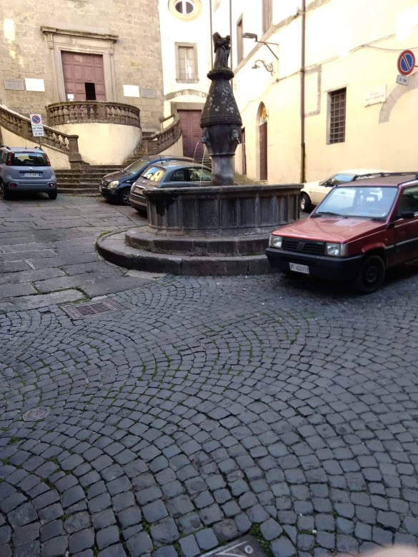"""Viterbo,""""drammi"""" cittadini: che tristezza Piazza della Crocetta  """"stuprata"""" dalle auto, un luogo dell'anima, bellissimo"""