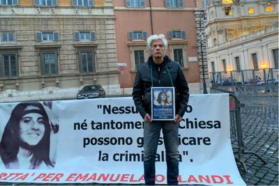 """Italia-Roma, sit in di Pietro Orlandi davanti al Vaticano, l'appello: """"Ora il Papa ci dica la verità"""""""