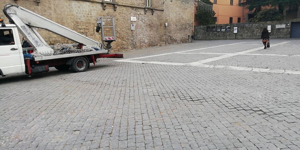 """Viterbo, Piazza San Lorenzo, """" Danni ora non ne vedo, entro un mese dovrebbe  tornare tutto normale"""",  intervista all'allestitore della pista di ghiaccio David Dancelli"""