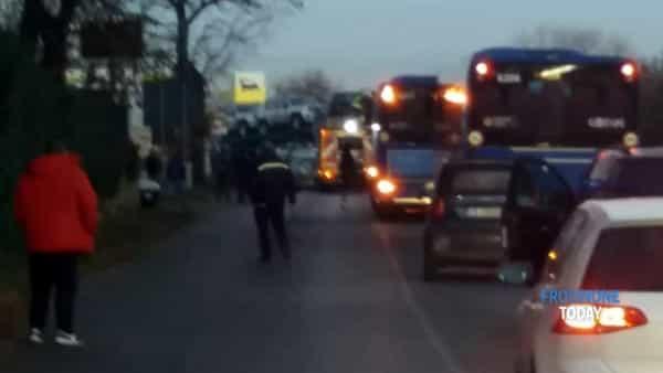 Roma, incidente su via Casilina, auto finisce incastrata sotto ad un tir: due morti e un ferito grave
