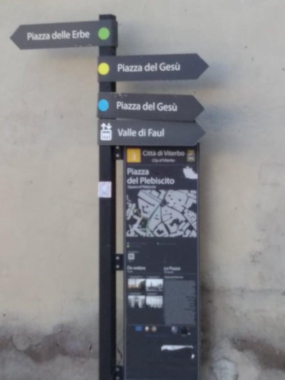 """Viterbo, Palazzo Papale, Quartiere Medioevale: mancano  indicazioni in evidenza a Piazza del Comune per le due uniche """"icone turistiche"""" cittadine"""