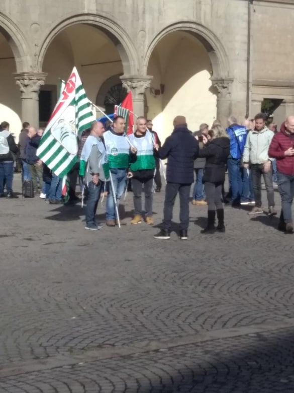 """Viterbo, Mammagialla, la nota,  comprensibile protesta in piazza della polizia penitenziaria, Palazzo dei Priori si """"schiera"""", ma le morti misteriose dei detenuti restano"""