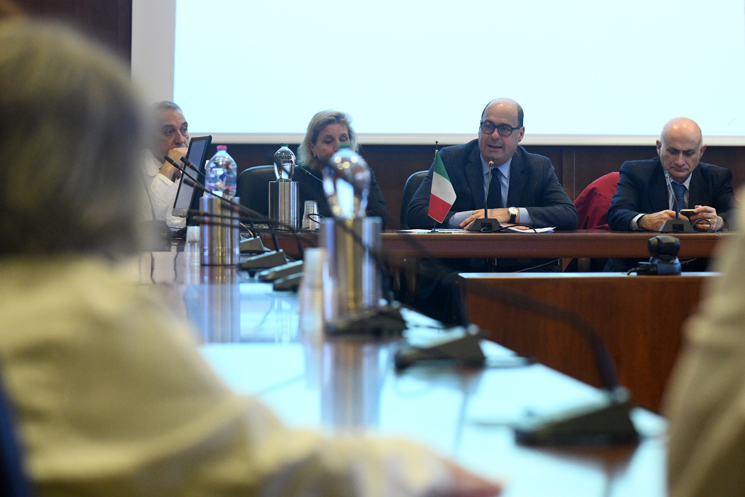 """Coronavirus, il governatore del Lazio Zingaretti firma l'ordinanza: disinfettanti nei locali pubblici  e super poteri al Prefetto, cosa fare se si è stati nella """"zona rossa"""""""