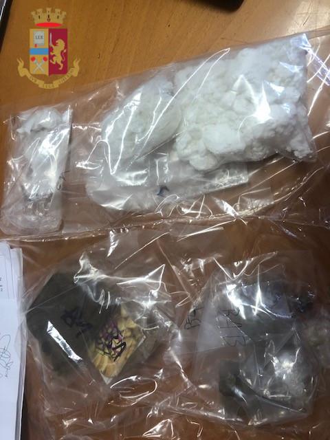 Nasconde in casa droga, armi e quasi 200 mila euro in contanti: arrestato 52enne