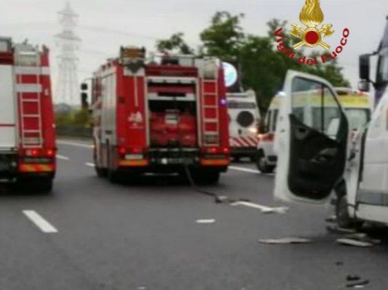 Terribile scontro sull'A1 tra un autofurgone con materiale esplodente e un tir: ci sono feriti, strada chiusa in entrambe le direzioni