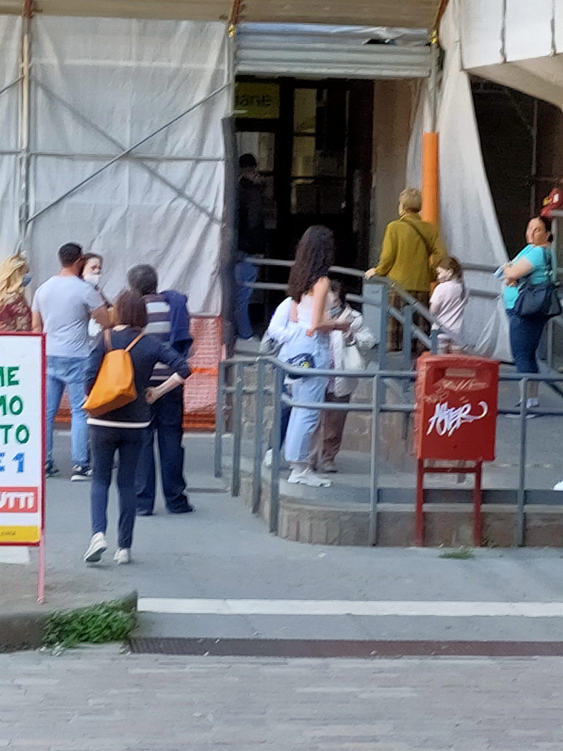 Viterbo, continua l'assembramento davanti alle poste di Via Ascenzi, il comandante della Polizia Locale Vinciotti forse non è di strada