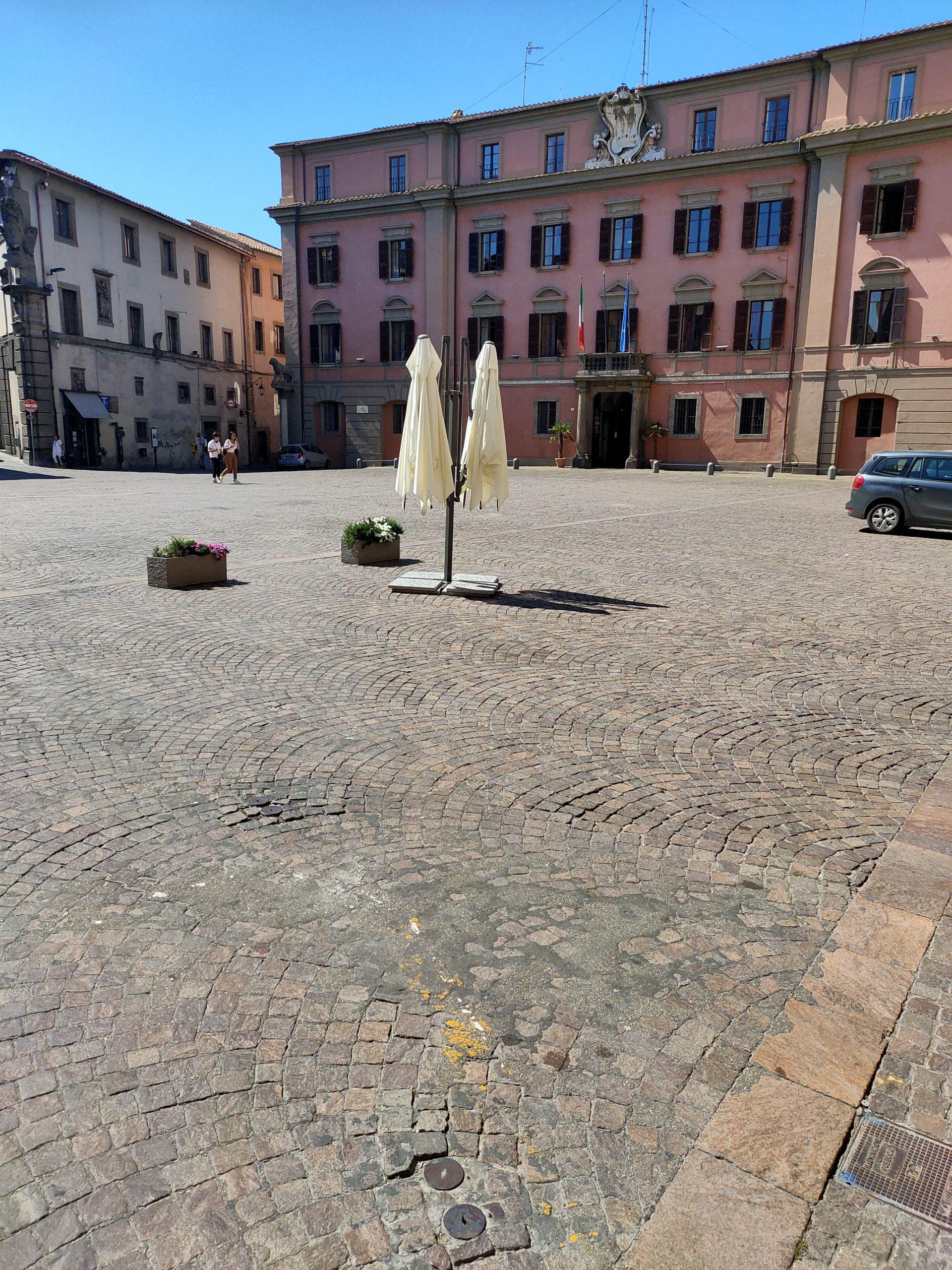 """Viterbo, benvenuti a Piazza del Comune Beach…. e De Carolis prepara un programma """"rivoluzionario"""" per l'estate """"comunal-fratelloitaliana"""""""