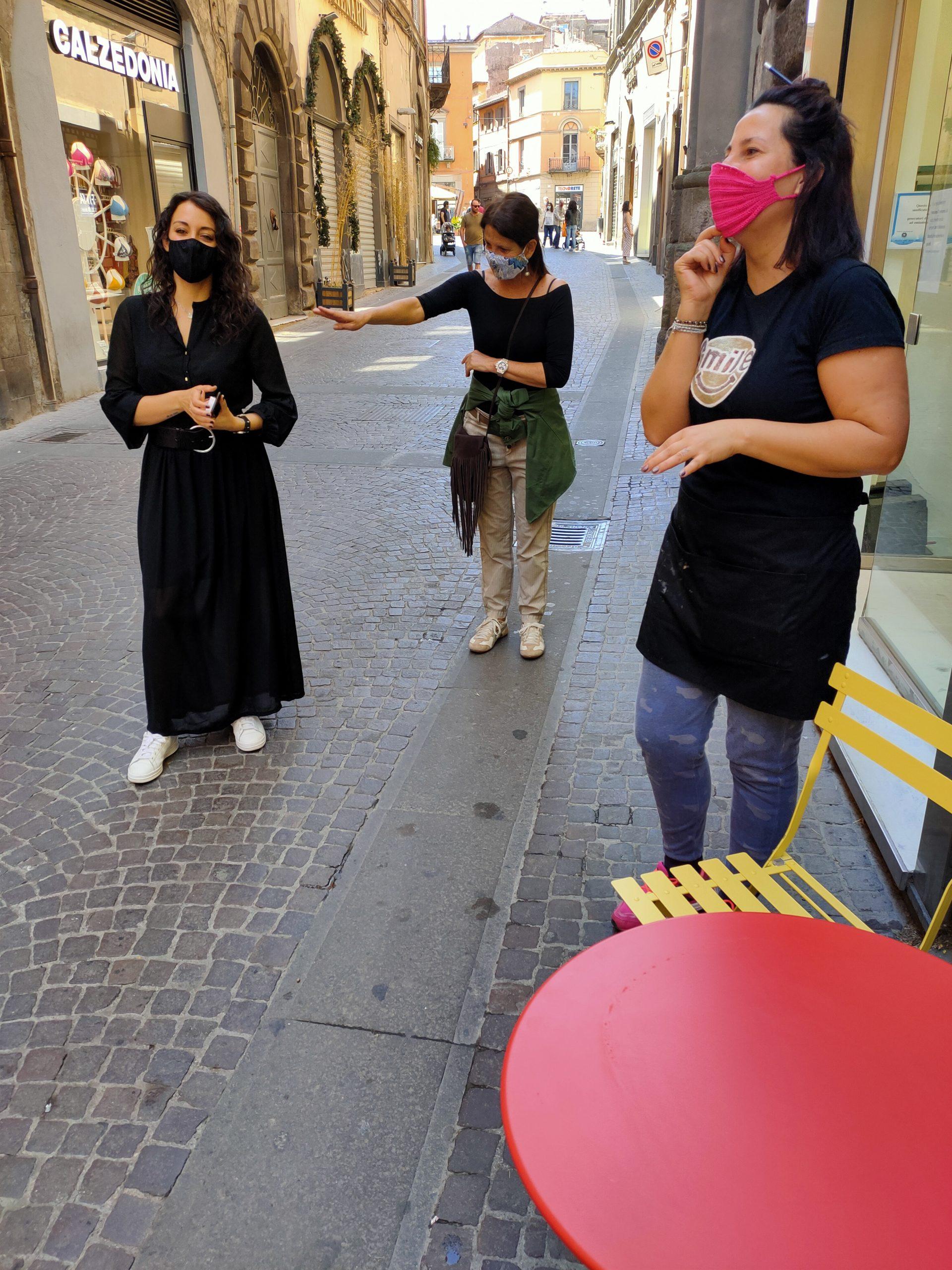 """Viterbo, 2 giugno la città aperta, """"Combattiamo la crisi con molto lavoro, positività ed un grande amore per la nostra città"""", la battaglia """"sorridente"""" di Costanza, Isabella e Monia, commercianti del Corso Italia"""