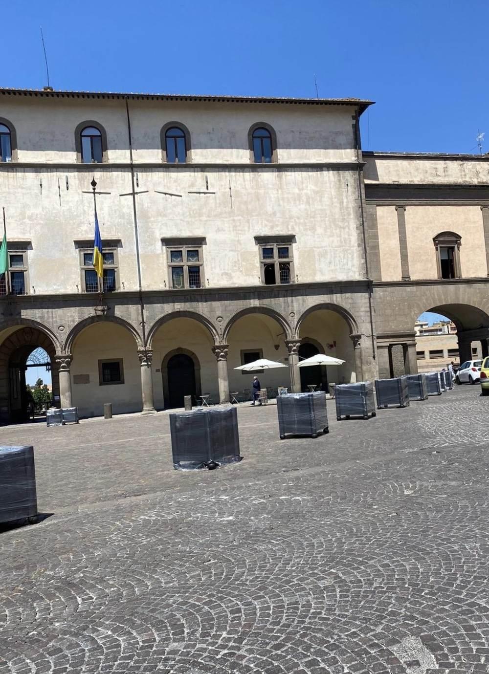 """Viterbo, a Piazza del Comune """"fioriere che non fioriranno"""" (e la la Sovrintendenza?),  Allegrini ed Arena farebbero bene a portarle a casa loro"""